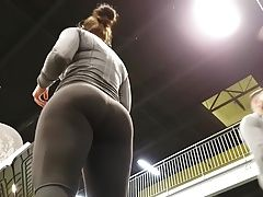 Candid hot juicy pawg in leggings!!