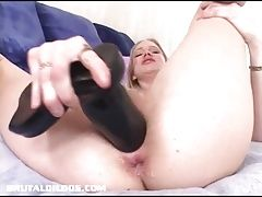 Iggy Azalea lookalike fills her pussy with a big dildo