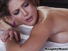 Jerking massage babe Jenni Lee tugs masseur