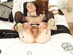 UK mature mom with hungry hairy pussy